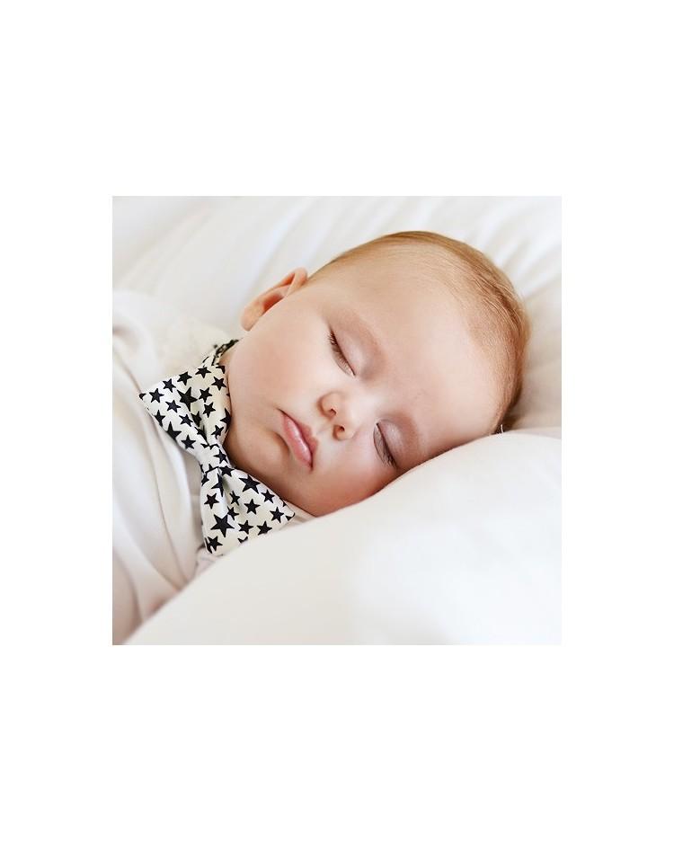 Pajarita blanca con estrellas negras para bebés