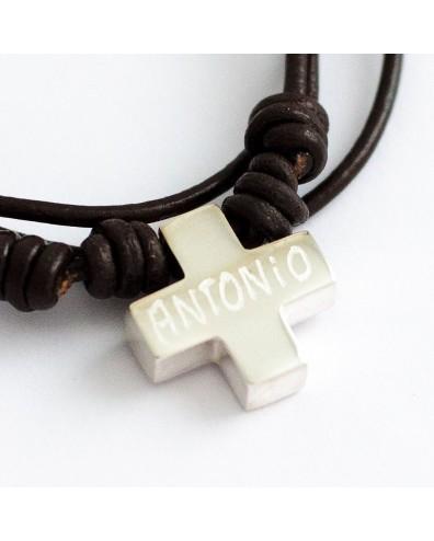 Cruz de plata personalizada en cordón de cuero