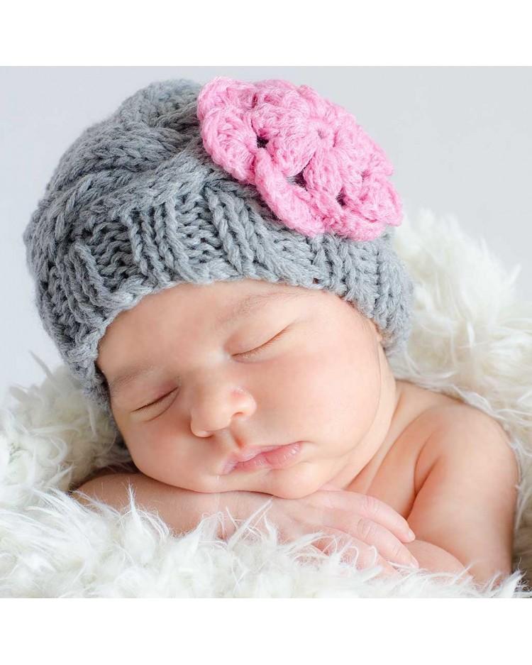 594c61b2352e2 Gorrito gris para bebé hecho a mano con flor rosa