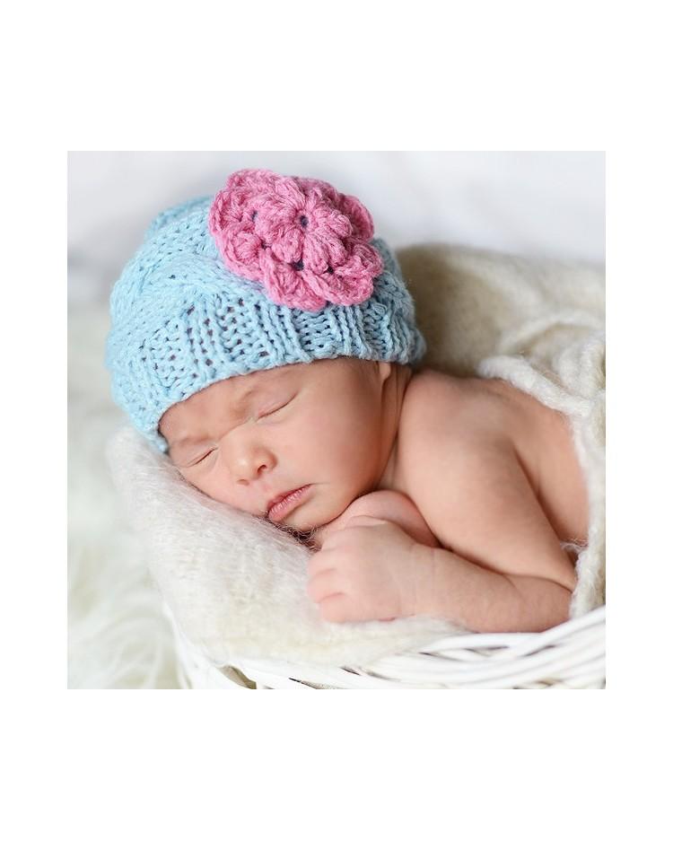 Gorrito de punto para bebé hecho a mano con flor