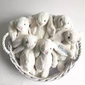 No os parecen una monada? Conejos Jellycat bordados con el nombre del bebé, recíbelo en 24 horas en cualquier lugar de España. #peluchepersonalizado #pelucheconejo #pelucheconnombre #regalospersonalizados